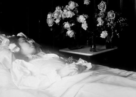 Post mortem-fotografi av en ung pike. Fotografert av Gustav Borgen 1911. Bildesamlingen, Norsk Folkemuseum.