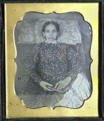 Kvinne med bok og øynene åpne