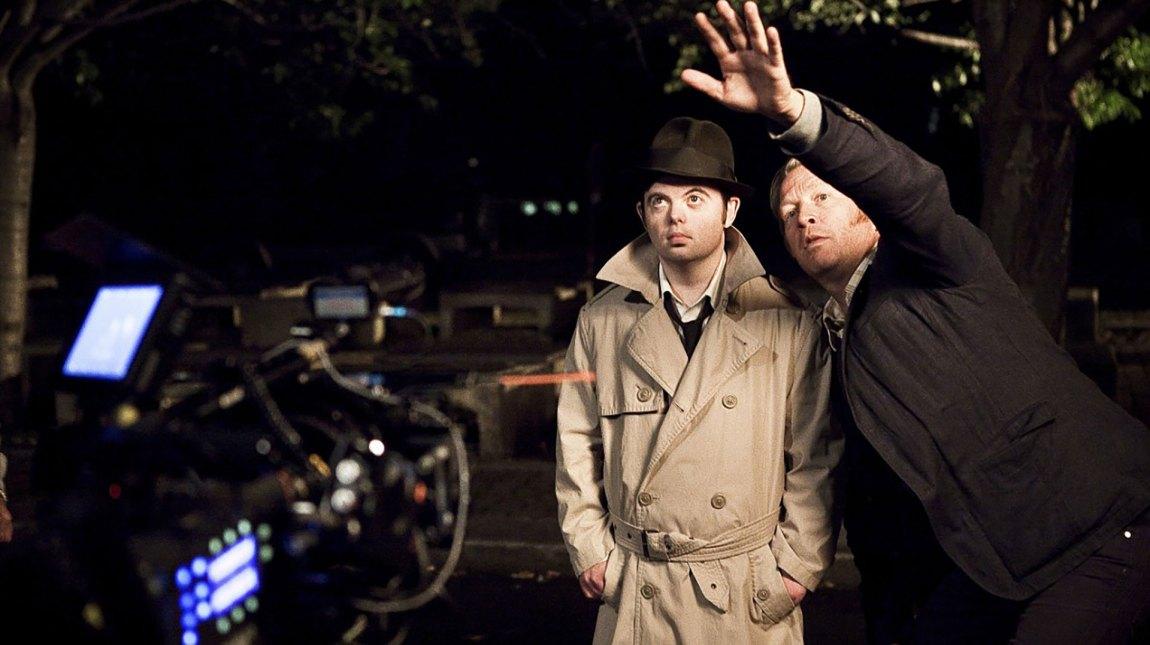 Regissør Bård Breien instruerer skuespiller Svein Andre Hofsø på settet til Detektiv Downs. (Foto: Friland Produksjon/ Nordisk Film Distribusjon/ NTB Tema)