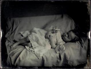 Liten jente i hvit kjole. Foto: Southworth & Hawes Dato: ca. 1850 Medium: daguerreotype George Eastman House Collection