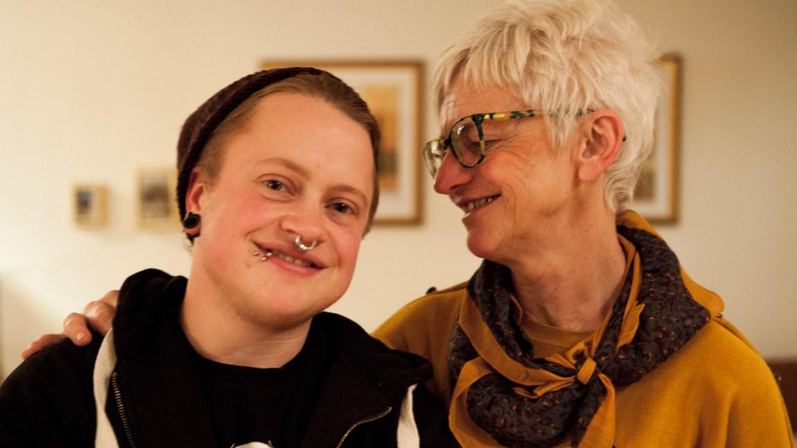 Luca sammen med mamma Guro (Foto: Yngvild Sve Flikke, NRK)
