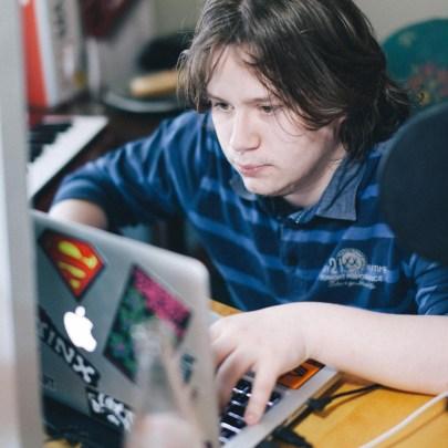 Øystein slutta på skolen da det var tre måneder igjen. Nå buker han mesteparten av tidetn her foran Macen. Han spiller og lager musikk. (Foto: Jørgen Klüver, NRK)