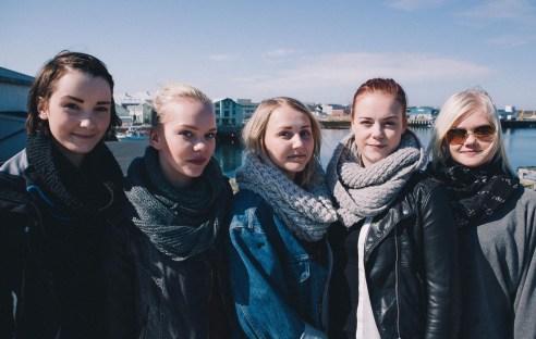 Vardø: Mia, Camilla, Julie, Julie og Helene er en sammensveisa gjeng. De støtter hverandre når noen blir lei, og hjelper hverandre til ikke å slutte på skolen. (Foto: Jørgen Klüver, NRK)