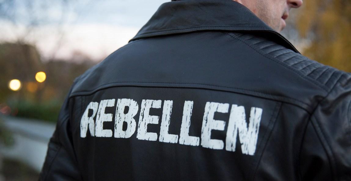 Rebellen: Per-Vidar Nikolaisønn med jakke som er designet av Gry Jannicke Jarlum. (Foto: Remi Horgar, NRK)