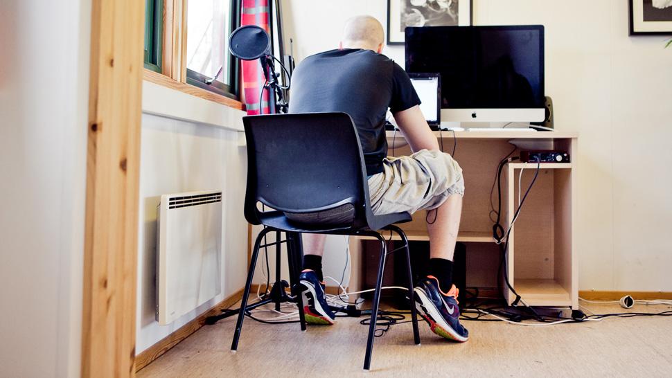 Etter middag får «Petter» lov å stikke til dette oppholdrommet for å spille bordtennis og mekke litt musikk på denne datamskinen. Her foregår også pratene med psykologer og miljøarbeidere. (Foto: Tom Øverlie, NRK)