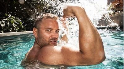Daniel flekser gjerne sine voksne muskler. (Foto: Lars Haugdal Andersen, NRK)