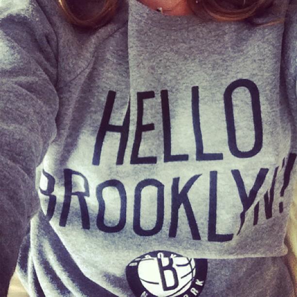 Sarahs genser med påtrykket «Hello Brooklyn» (Foto: Sarah Winona Sortland/Instagram)