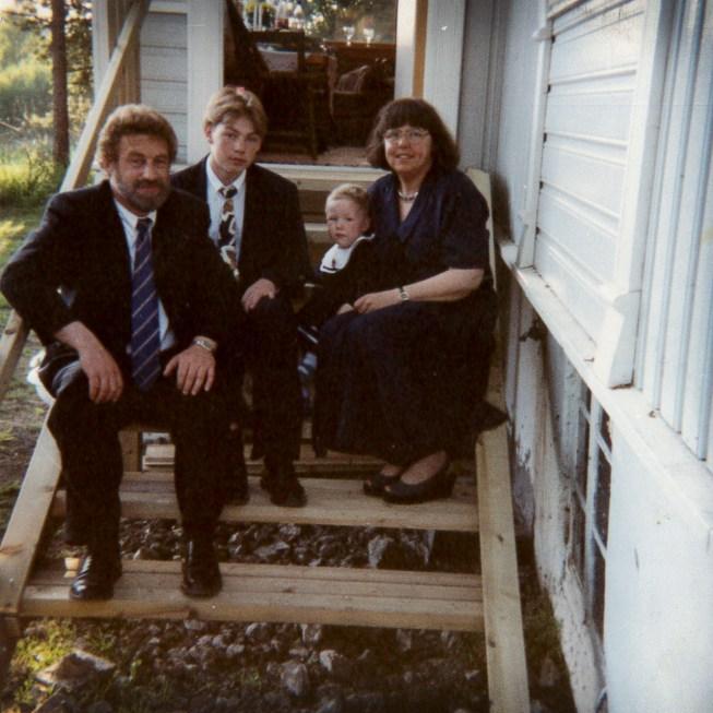 Hele familien samlet på trappa som Torger og faren bygde ferdig dagen før Torger skulle konfirmere seg. (Foto: Privat)