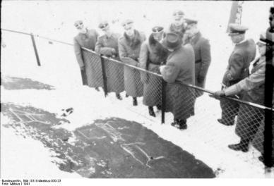 Heinrich Himmler og tyske offiserer ser på helleristninger under et besøk i 1941 (Foto: Wikipedia)