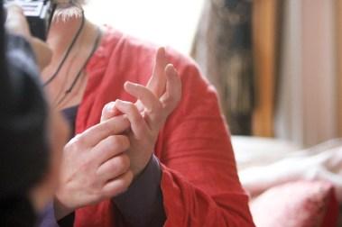 Kine viser fingertesten hun bruker for å stille naturen ja og nei-spørsmål (Foto: Sun Iren Bjørnås, NRK)