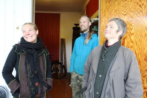 Julia, Audun og Kine ved inngangen i huset på Eidsfoss (Foto: Sun Iren Bjørnås, NRK)