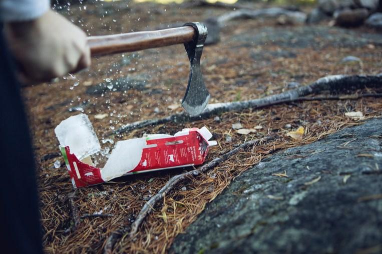 """Seremonien skal skje """"mellom is og ild"""", og Halfdan har tatt med is i en frosset melkekartong (Foto: Tom Øverlie, NRK) (Foto: Tom Øverlie, NRK)"""