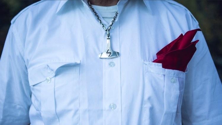 Vigrid-uniformen, i følge Tore Tvedt, er hvit skjorte, og rødt lommetørkle (Foto: Tom Øverlie, NRK)