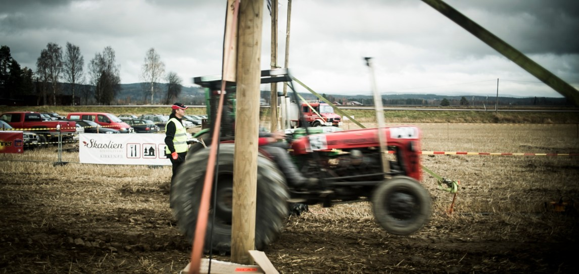 Det er ikke uvanlig at traktorene steiler når sjåførene gir bånn gass. Foto: Anton Ligaarden, NRK