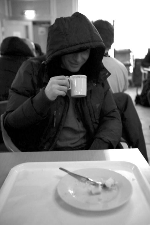 Anders drikker kaffe på Blå Kors. (Foto: Simen Øvereng)