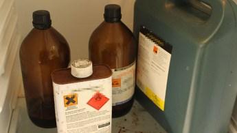 Diverse kjemikalier som «Pål Jakob» bruker til å lage sin bomber. (Foto: Ludvig Løkholm Lewin, NRK)