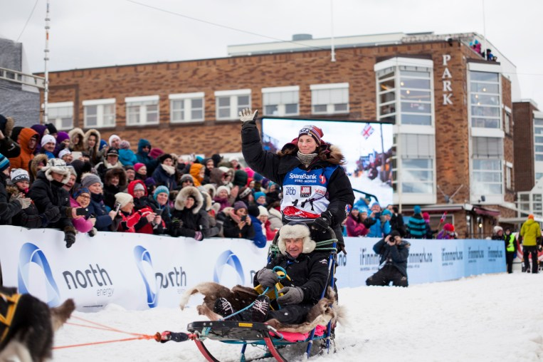 Hun vant 1000-kilometerklassen i fjor, og vant i år igjen. Her suser Sigrid Ekran ut fra målområdet i Alta sentrum, med hoppkonge Bjørn Wirkola i sleden. Han fikk sitte på de første 16,5 kilometerne. (Foto: Wanda Nathalie Nordstrøm)