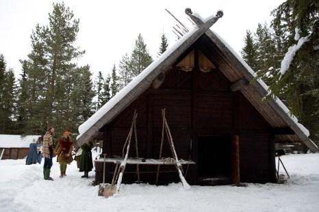 Österhus venner eier et langhus bygd i vikingstil. (Foto: Kristin Evensen Giæver, NRK)