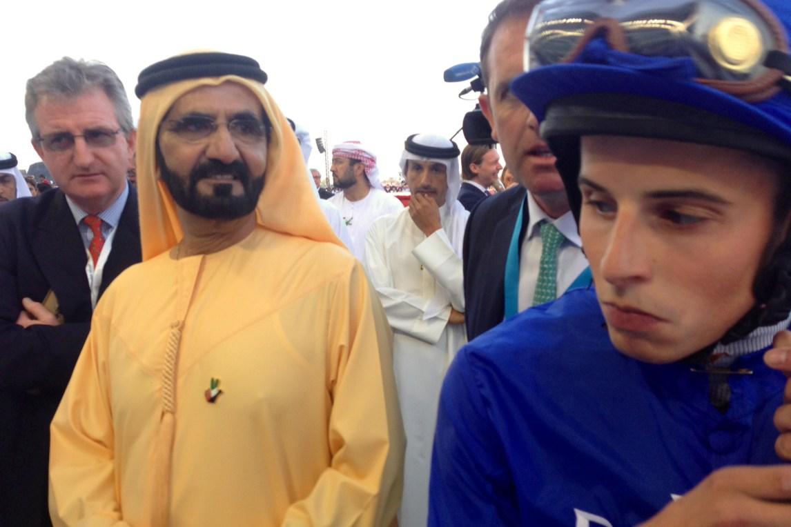 Sjeik Mohammed av Dubai og William Buick har snakket taktikk under «Verdens rikeste løp» i Dubai. (Foto: Webjørn S. Espeland, NRK)