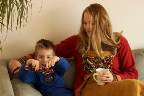 Ingrid med sønnen Even (5). Han er mye med på vikingsamlinger sommerstid. Hjemme er lego favoritten. (Foto: Kristin Evensen Giæver, NRK)