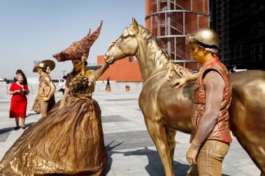 Bare i Dubai: Gullryttere og gullhest. (Foto: Matias Nordahl Carlsen, NRK)