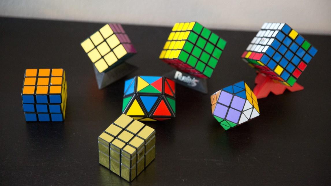 Rubiks kube i ulike versjoner. (Foto: Anne Dorte Lunås, NRK)