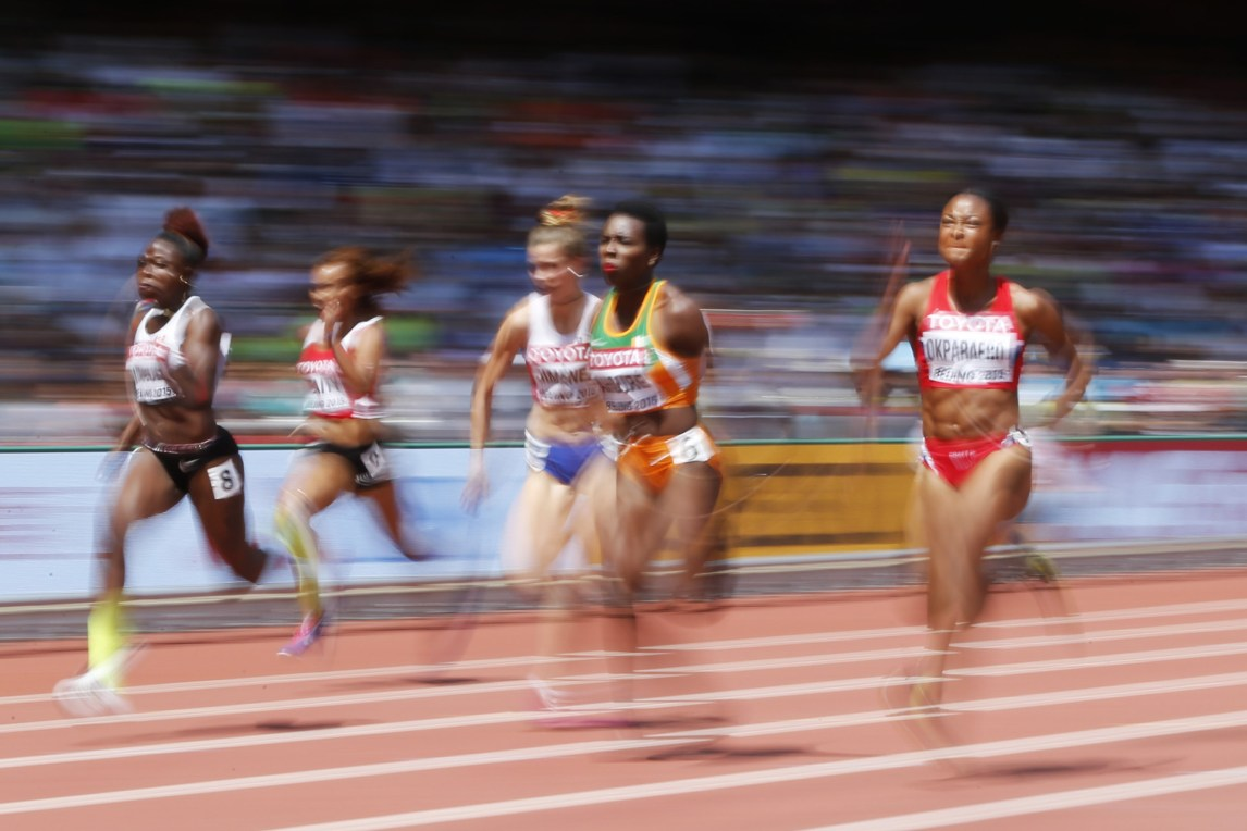 Ezinne Okparaebo (til høyre) under et av heatene i 100 meter sprint under friidretts-VM i Beijing, 23. august 2015. (Foto: AFP PHOTO / ADRIAN DENNIS)