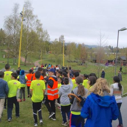 Etter første runde med autografer og selfies rusler elevflokken videre en tur i Verdensparken sammen med Ezinne og Oslo-ordfører Fabian Stang. (Foto: Camilla Hellum)