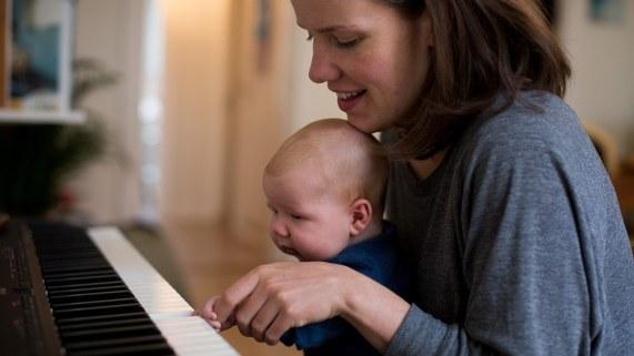 Kaja trodde hun ville få mye tid til å skrive nye sanger i permisjon, men det er vanskelig med en hånd. (Foto: Mari Aftret Mørtvedt/NRK)