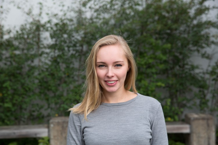 – Det er et varmt miljø med overraskende lite «flink pike»-stemning, sier Hanna (Foto: Anne Dorte Lunås, NRK)