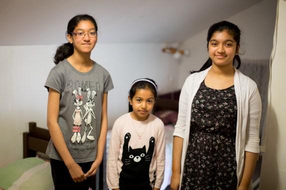 Søstrene Ayisha (12), Faiza (6) og Fatima (13) deler soverom og gleder seg til å få et nytt hus med flere rom. – Det er veldig kjedelig å bo på mottak, sier Fatima. (Foto: Stig Morten Waage, NRK)