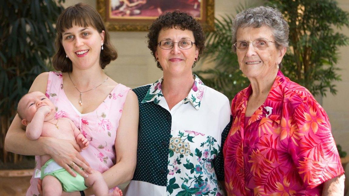 Tre generasjoner mødre. Bør vi stålsette oss for det neste store: Bestemorbloggene? (Foto: Wikimedia Commons)
