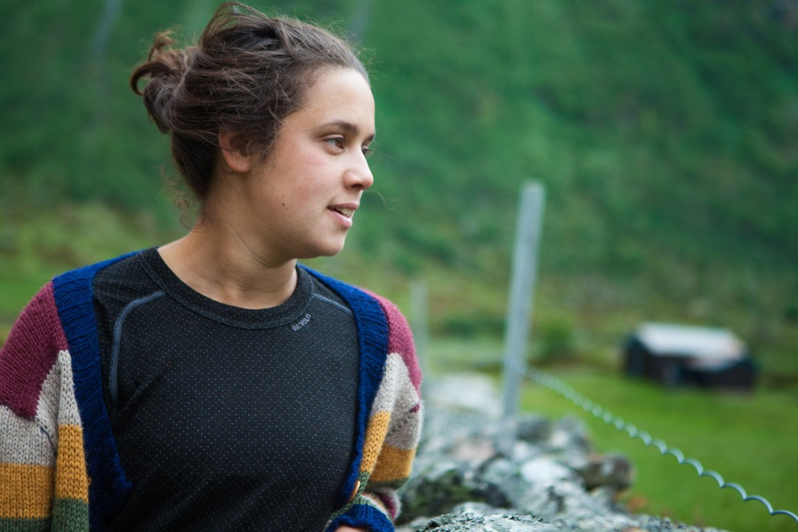Aisha Marie Heim (23) har vært på setra hver sommer siden hun var 17. (Foto: Wanda Nathalie Nordstrøm)