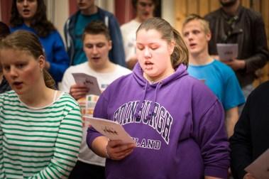 Laila og resten av koret på Peder Morset øver til skoleavslutninga i vår. (Foto: Mari Aftret Mørtvedt/NRK)