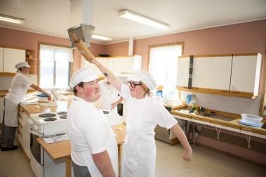 Ådne Skår Brennsæter (19) og Silje Fridjofsen (19) lager pizza på kjøkkenet. (Foto: Lars Haugdal Andersen/NRK)