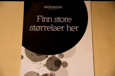 Det er sannelig ikke enkelt å finne sko i store nok størrelser for Elida. (Foto: Anne Dorte Lunås, NRK)