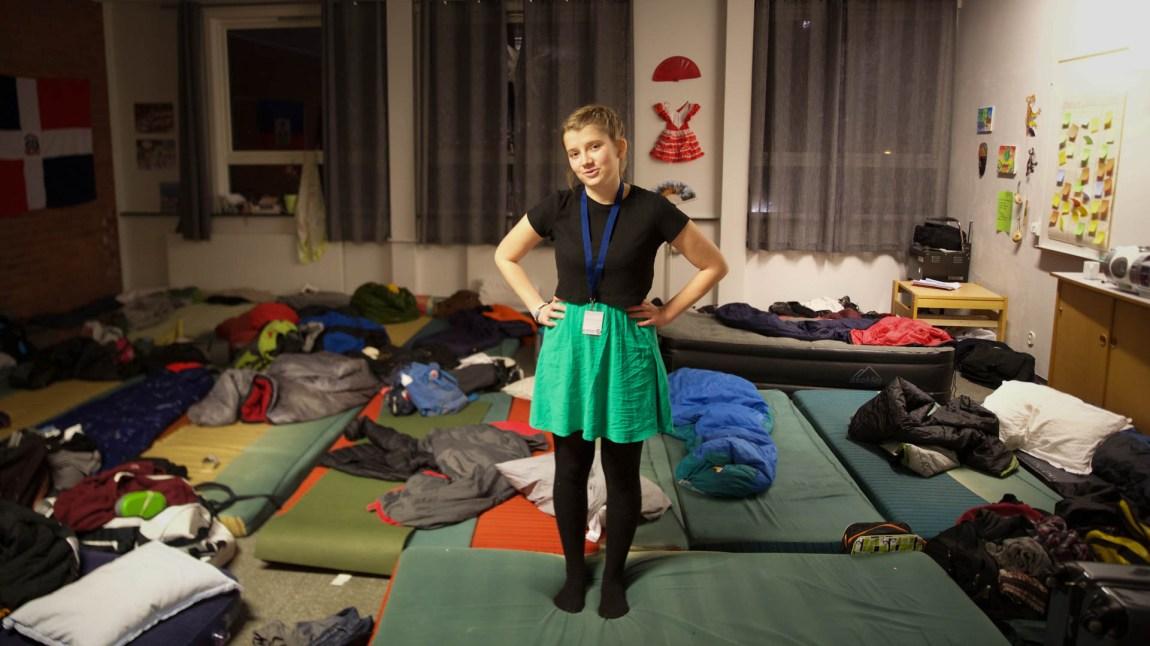 Amanda mimrer om tidene da hun sov på sovesal med kjekke gutter. (Foto: Anne Dorte Lunås, NRK)