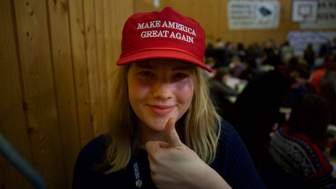 Denne capsen gikk på rundgang i løpet av landsmøtet. Og fra denne gjengen har nok «great» en litt annen betydning enn for Donald Trump. (Foto: Anne Dorte Lunås, NRK)