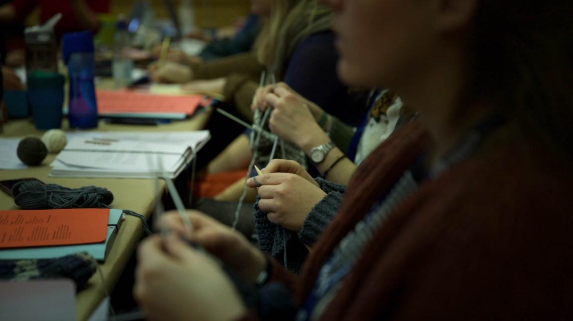 Det strikkes. Aldri har flere ullgensere, ullsokker og strikketøy vært samlet enn på landsmøtet i Natur og Ungdom. (Foto: Anne Dorte Lunås, NRK)
