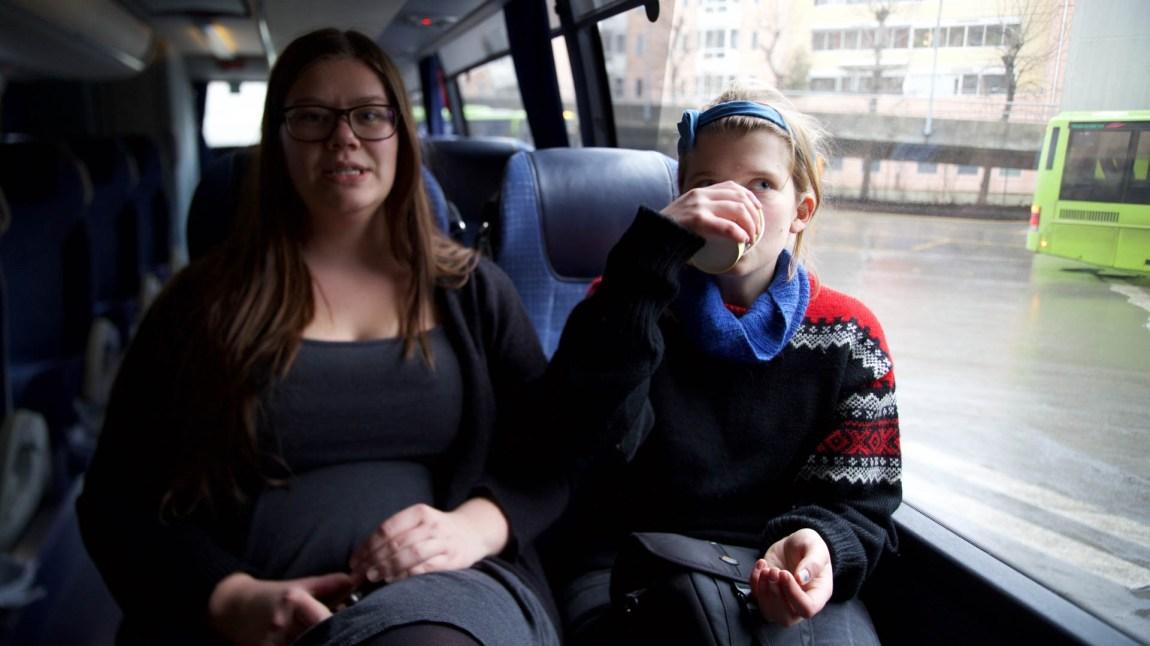 Andrea og Amanda er veldig klar for sivil ulydighet i Førde. Først venter en lang busstur. (Foto: Anne Dorte Lunås, NRK)