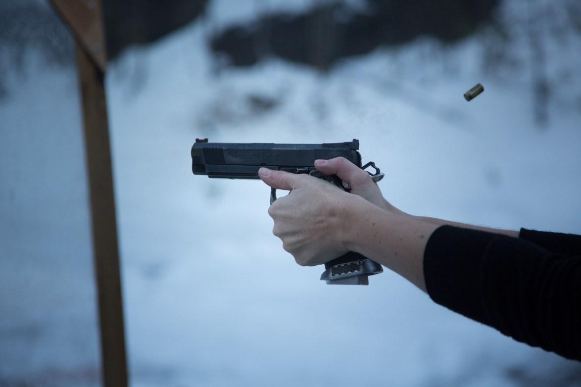 Pistolen som Hilde bruker er en Strayer-Voigt, Inc. (SVI) kaliber 40. (Foto: Ludvig Løkholm Lewin, NRK)