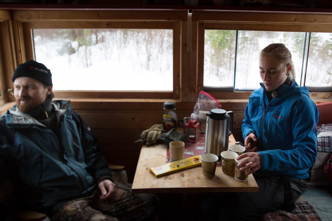 Far og datter tar seg en kaffepause med sjokolade mellom skuddsalvene. Både Ola og Emilie er entusiastiske skyttere. (Foto: Ludvig Løkholm Lewin, NRK)