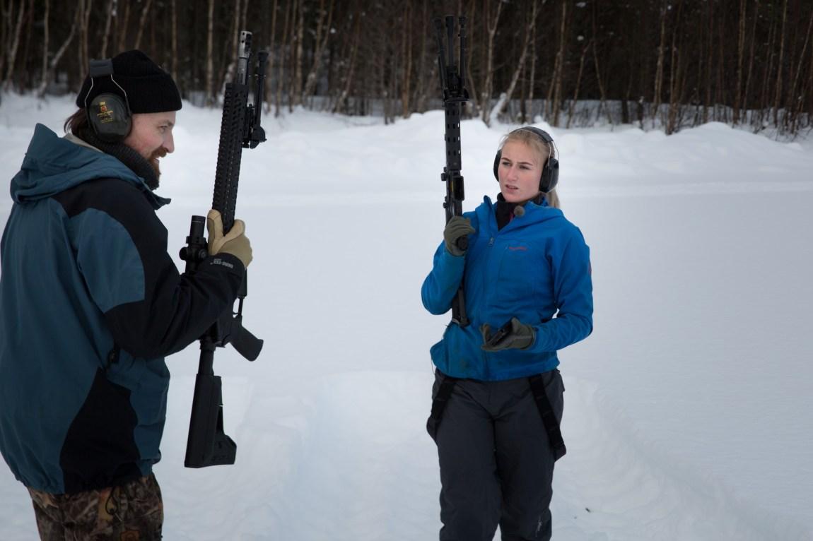Ola Skårild er med og hjelper datteren Emilie Skårild (17) på skytetrening. Disse våpnene står i fare for å bli ulovlige i Norge. (Foto: Ludvig Løkholm Lewin, NRK)