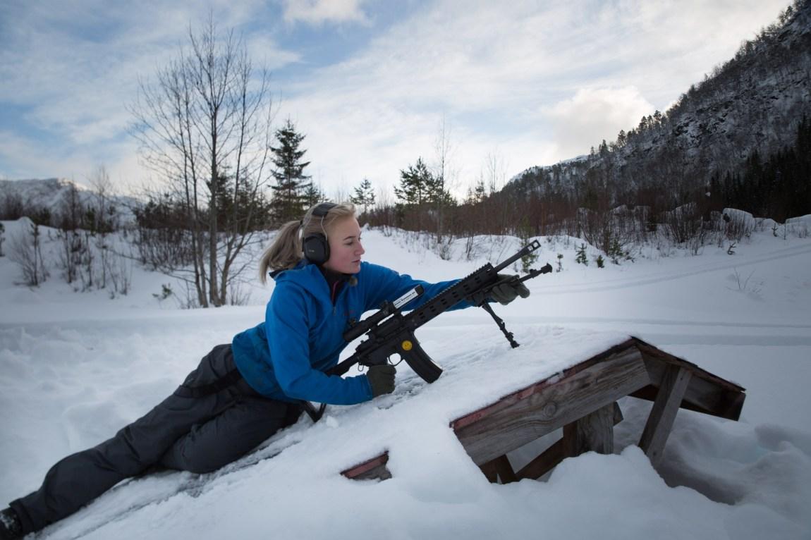 Emilie Skårild (17) har skytetrening i bestefarens steinbrudd i Snillfjord. Hun begynte å skyte med pistol da hun var 12 år gammel, nå er det rifle som gjelder. (Foto: Ludvig Løkholm Lewin, NRK)