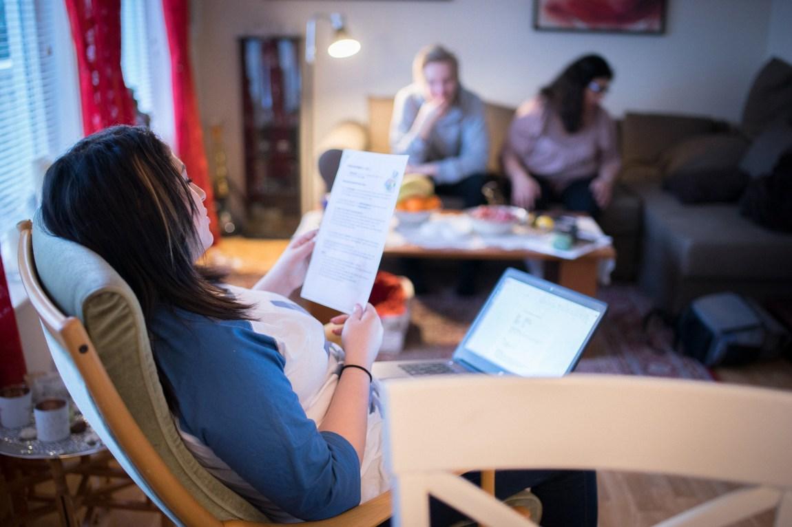Shirin les opp frå prøven ho hadde på skulen. Kjæreste og mor er publikum. (Foto: Lars Erik H. Andreassen, NRK)