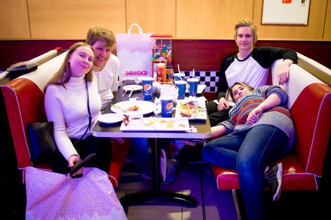 Pause frå shoppinga på Joes Diner på Nordby. (Foto: Lars Erik H. Andreassen, NRK)