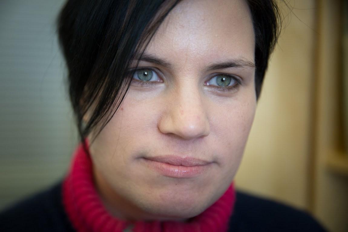 Julie Frigård Storsve (37) prøvde å ta livet sitt to ganger. Hun fikk profesjonell hjelp til å komme ut av tankegangen etter det mest alvorlige forsøket. Og det trengte hun. (Foto: Anne Dorte Lunås, NRK)