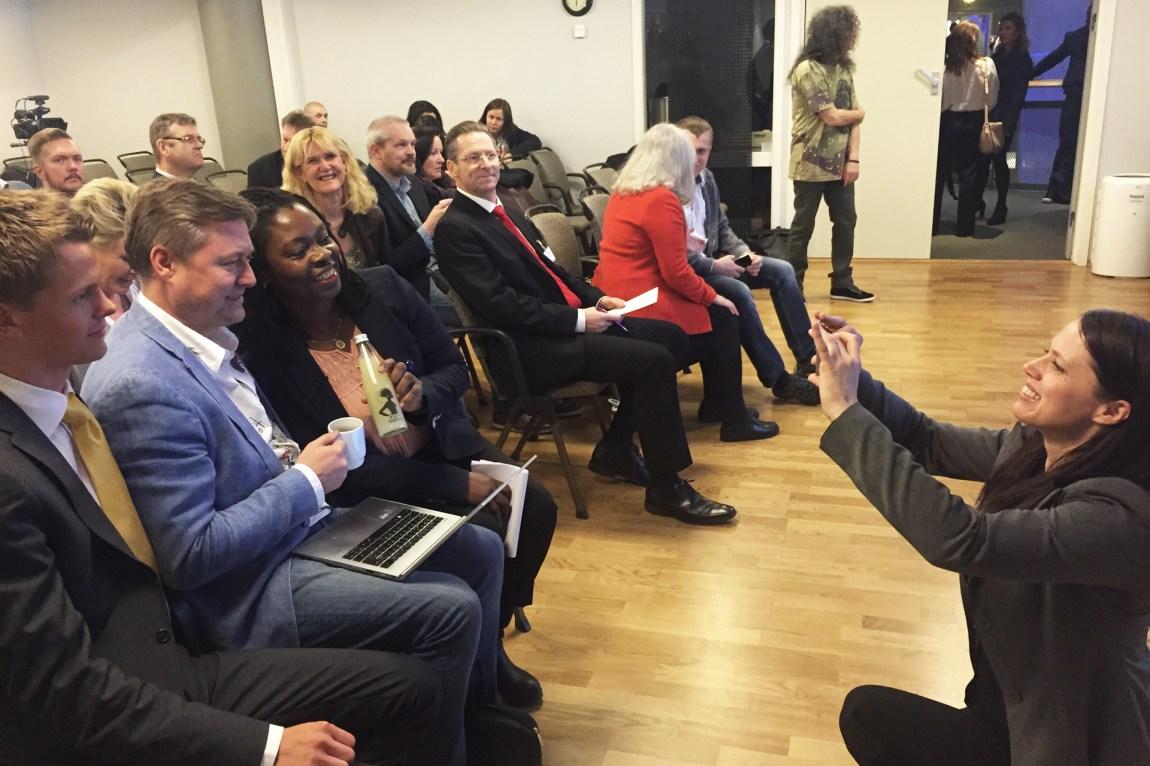 Simen Vatne (17) skal tale på millionærklubben, før den kjente seriegründeren Idar Vollvik – som kan kalles en superstjerne i dette miljøet. Mobilkameraene går varme og selfies med Vollvik pumpes ut på sosiale medier. (Foto: Webjørn S. Espeland, NRK)