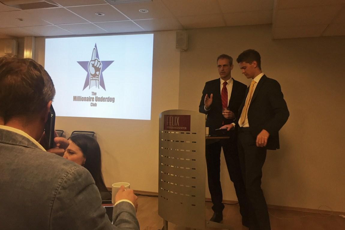 Simen skal holde et foredrag for de oppmøtte i «The Millionaire Underdog Club». (Foto: Webjørn S. Espeland, NRK)
