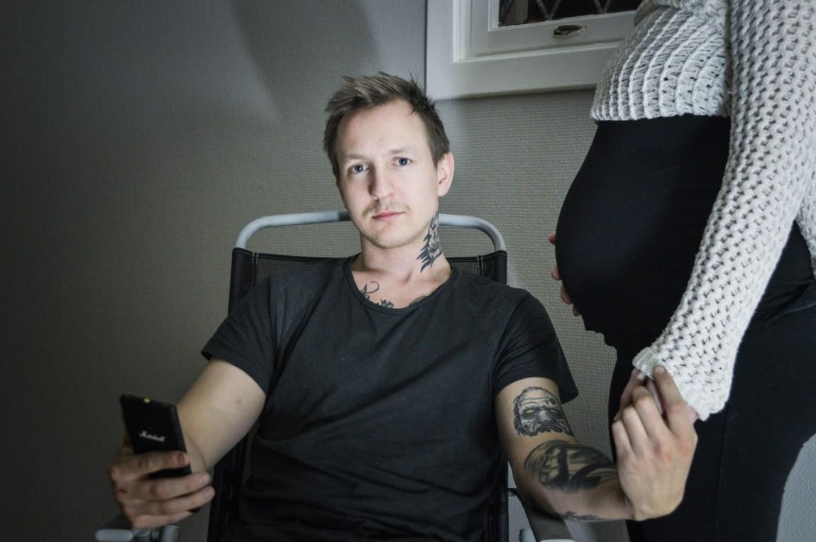 Stig Kalsnes (24) og samboeren venter et nytt barn. Og selv om Stig sier at han takler å få trusler på telefonen fra ukjente folk, så er samboeren bekrymret for at noen en dag skal hevne seg på deres familie, på grunn av Stigs avsløringer. (Foto: Ola Solheim)